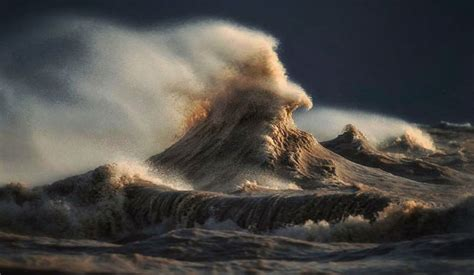 Great Photography by Photographer Captures Powerful Waves On Lake Erie As