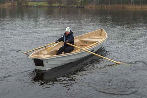 roeiboot eenpersoons roeien met de riemen die men heeft