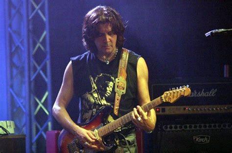 chitarristi di vasco vasco le canta sul web al suo storico chitarrista maurizio