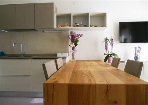 cucina con tavolo cucina con tavolo penisola in rovere nodato arredamenti
