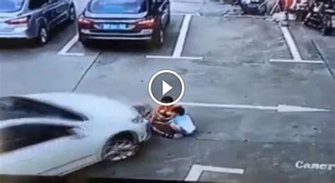 donna al volante donna al volante travolge tre bambini seduti a terra uno