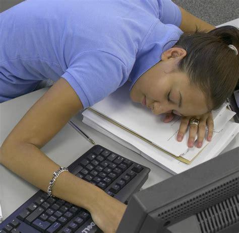 nackenschmerzen nach schlaf schlafmangel mudigkeit beheben erkennen schlafmangel und