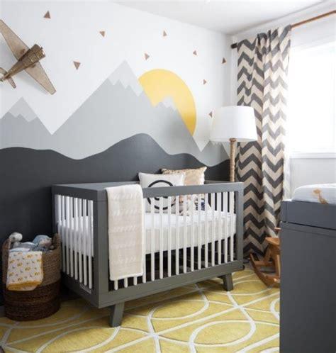 diy berge kinderzimmer babyzimmer einrichten tipps graues babybett wanddeko berge