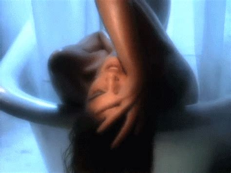 cindy crawford recreates her iconic bath tub scene for lip