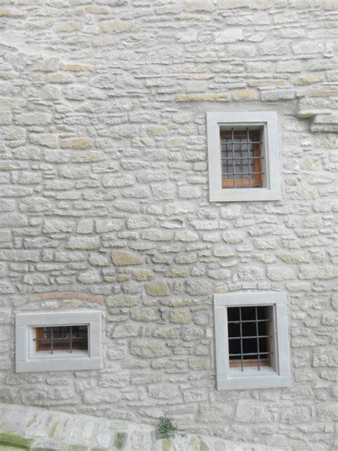 cornici in pietra pietra arenaria pietra serena per edilizia