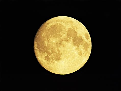 what is the color of the moon how and why you see different color moon photos the