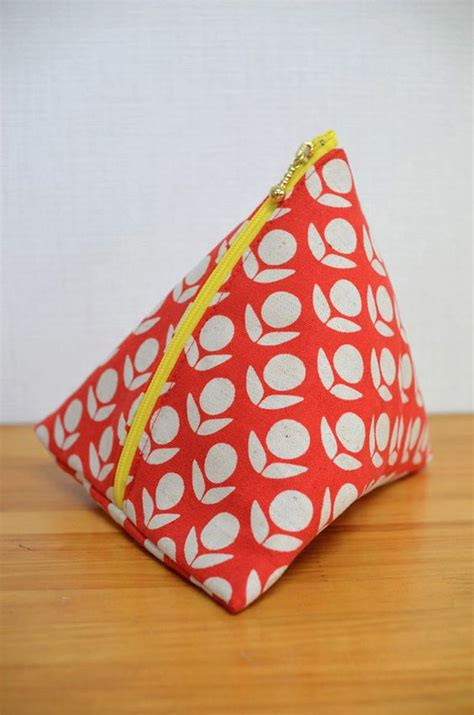 pattern for triangle coin purse with zipper triangle pouch project from kokka bags sewable