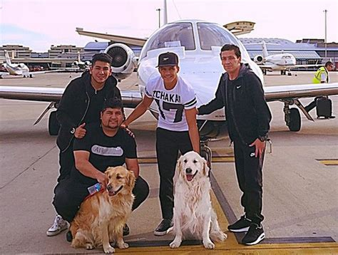 alexis sanchez y sus perros alexis pos 243 con sus perros atom y humber antes de sumarse