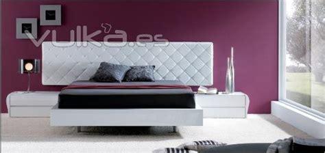 foto cabecero en piel blanco  mesas de noche laca blanco alto brillo