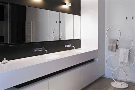 corian zwart badkamer in zwart en wit corian badkamer wc pinterest