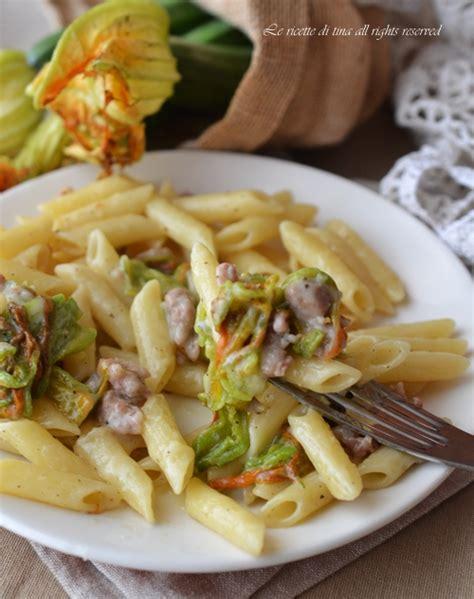 pasta fiori di zucca e salsiccia pasta fiori di zucca e salsiccia