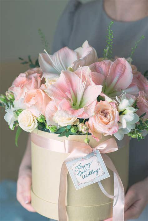 foto di un mazzo di fiori scatola con un mazzo di fiori fotografia stock immagine
