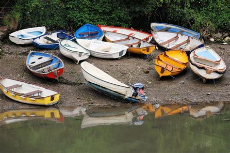 roeiboot voor zeilboot gratis foto boten kleurrijke roeiboten gratis