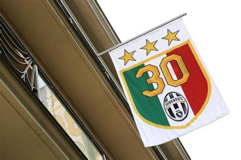 numero sede juventus alla sede della juventus sventola la bandiera con le 3
