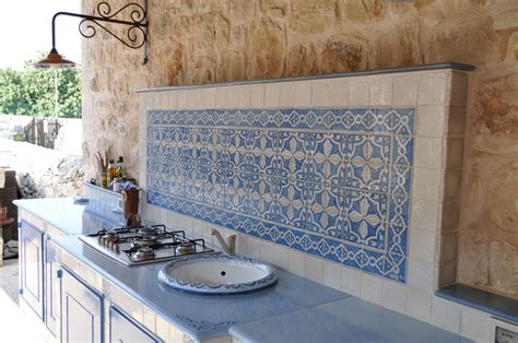 piastrelle per top cucina cucina in muratura con piastrelle in terracotta e top in