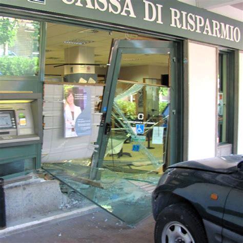 di risparmio di civitavecchia la provincia hanno sfondato la vetrina blindata con un suv