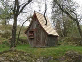 cet artiste construit de magnifiques petites cabanes en