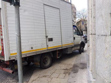 banca unicredit reggio calabria messina ma la civilt 224 dov 232 camion occupa marciapiede