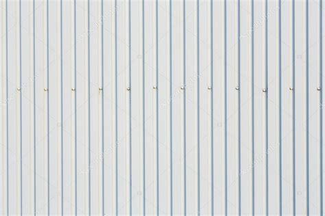 white metal roofing sheets chapa trapezoidal de techo con tornillos foto de stock