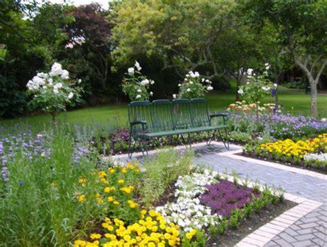 desain taman penuh bunga cantik dan asri depan rumah rumah bagus minimalis