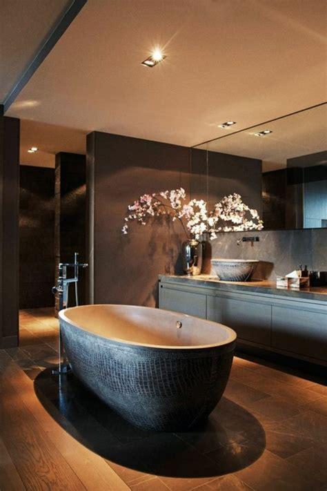 Charmant Idee Couleur Petite Salle De Bain #8: grande-baignoire-ovale-salle-de-bain-marron-foncé-led-plafond-salle-de-bain.jpg