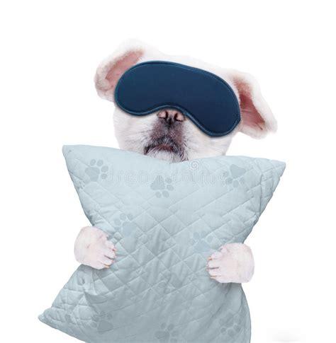 con un cuscino con una maschera per il sonno con un cuscino