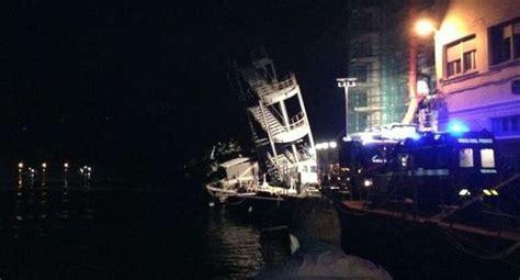 lavorare al porto di napoli una nave a genova 232 finita contro la torre di controllo