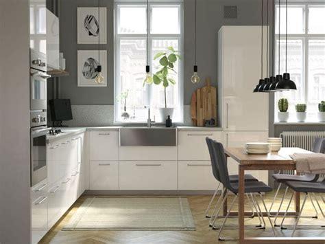 una cocina moderna luminosa  amplia  madera ikea