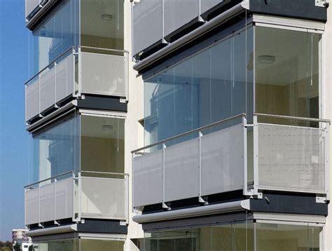 terrazzi con ringhiera chiusura balcone con vetri e tende antivento e antipioggia