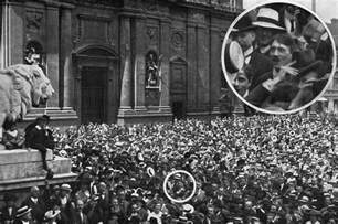 biography adolf hitler resumen famous picture of hitler in odeonsplatz munich in 1914