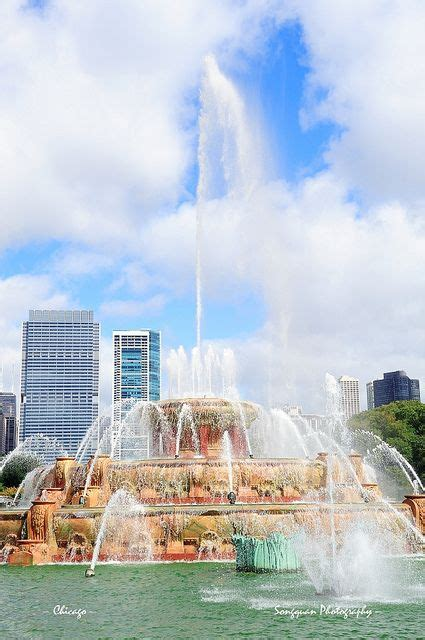chicago skyline with buckingham fountain illinois the
