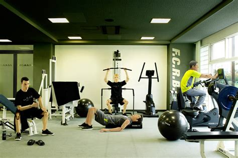 bench press machine vs free weight machines vs free weights for strength and muscle gains