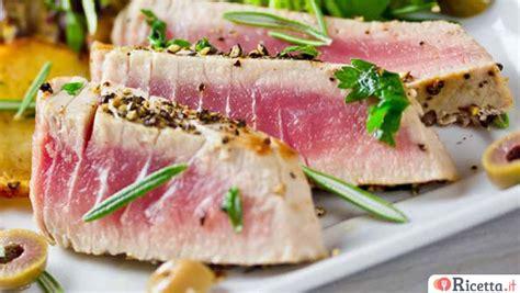 cucinare il tonno ricetta tagliata di tonno con salsa allo zafferano
