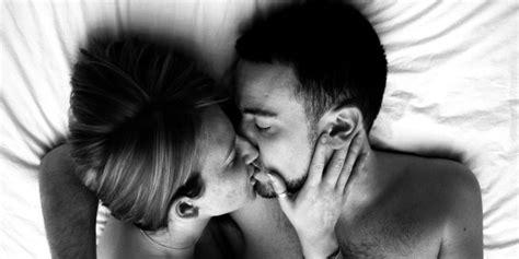 abbraccio a letto con un bacio in bocca di dieci secondi si scambiano sino a