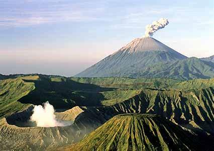 indonesia java bromo volcano erupts  thousand people