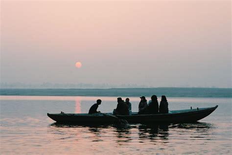 boat ride date file sunrise boat ride on the ganges varanasi jpg