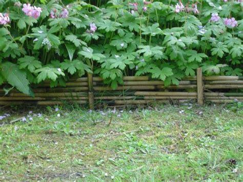 Bordure De Jardin En 3742 bordure de bambous empil 233 s entre des piquets en bambou