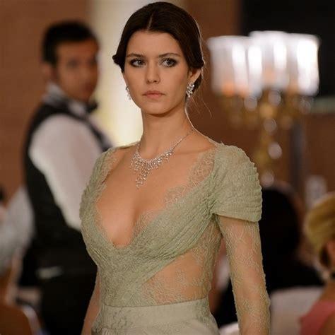 libro the sultans wife inciler dantel ve fırfırlar beren saat intikam yeşil elbise beren saat dantelli elbise intikam