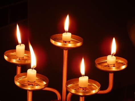 kerzenständer 4 kerzen file 5 brennende kerzen jpg wikimedia commons