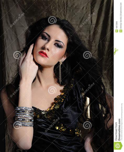 mujer con el pelo negro largo sano lujuriante foto de mujer modelo hermosa con el pelo sano negro largo