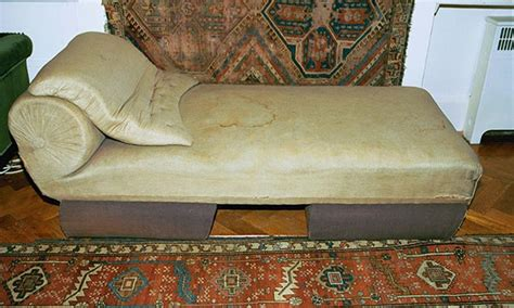 freuds couch analyse this has freud s sofa become a religious relic