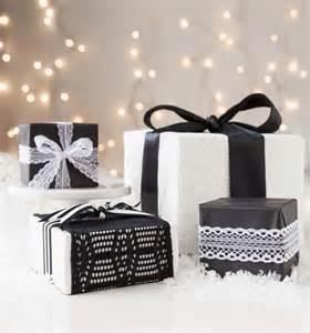 kerstcadeaus inpakken in zwart wit bruin