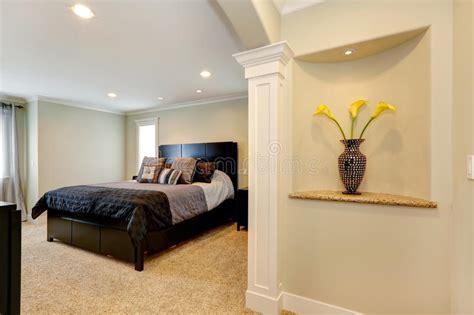 elegantes schlafzimmer mit bogen und verzierte nische in