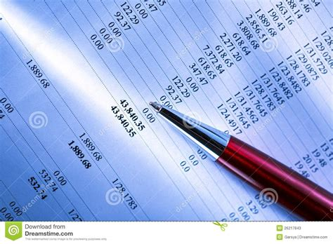 bilancio di una bilancio e una penna fotografie stock immagine 26217843