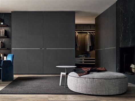 kleiderschrank weiß mit schiebetüren und spiegel ideen wohnzimmer streichen