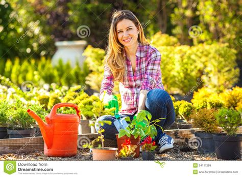 Garten Arbeiten by Mutter Und Tochter Die Zusammen Im Garten Arbeiten