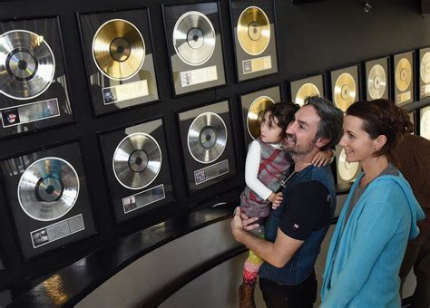 jodi wolfe in american pickers mike wolfe family visit the country music hall of fame and