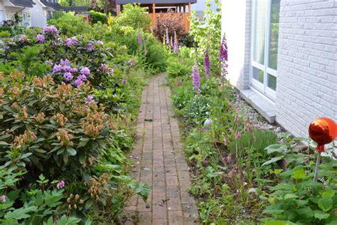 Schmale Beete Vor Hecke Und Mauer Bepflanzen by Ideen Zur Gestaltung Eines Schmalen Gartenstreifens