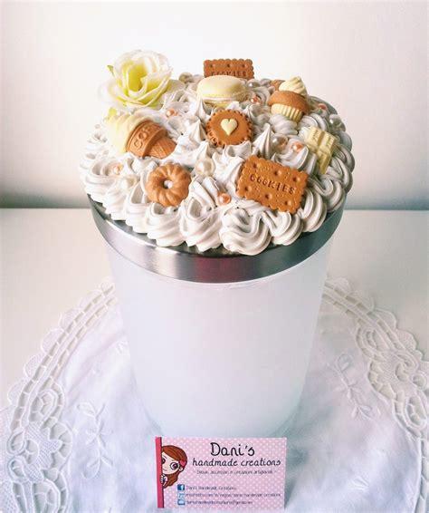 vasetto in cristallo con rosse decorato con pasta di barattolo porta biscotti decorato con panna e dolci per