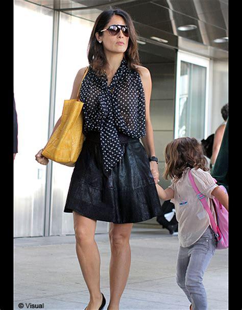 Salma Blouse salma hayek en blouse 224 pois et sac en cuir salma hayek